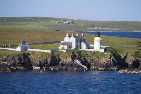 The photo shows a panoramic view of a lighthouse on the Orkney Islands Standard-Bild