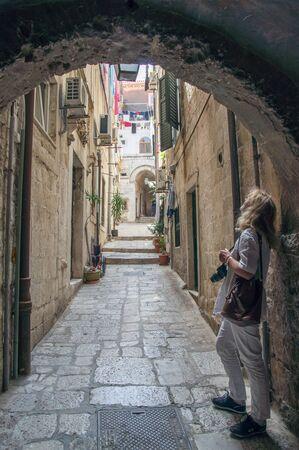 A woman is standing in an alley in Dubrovnik. Stok Fotoğraf