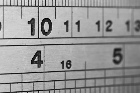 pravítko: Linky a čísla, kovové pravítko v detailním Reklamní fotografie