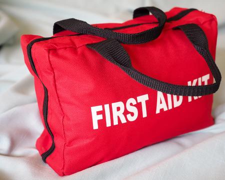emergencia medica: Kit de primeros auxilios del primer