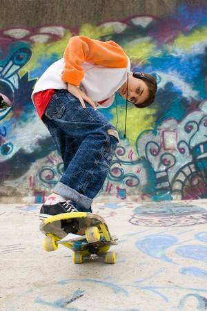 ecoute active: cool patineur contre un mur de graffiti