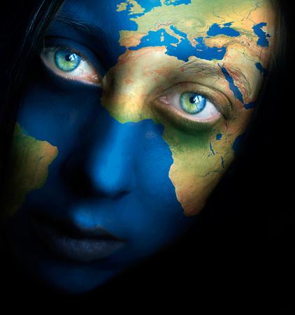 Planeet aarde en vrouw gezicht