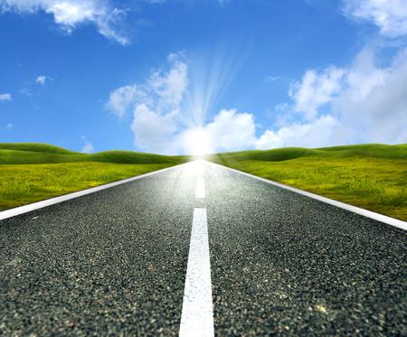 Leere Asphaltstraße in Richtung helle Sonne