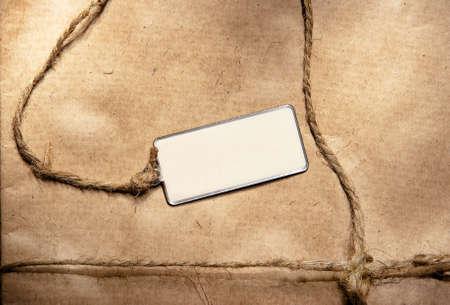 paper packing: Etiqueta vac�a contra un papel de embalaje