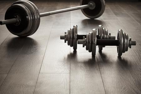 pesas: pesas para la aptitud en suelo de madera con el espacio vacío Foto de archivo