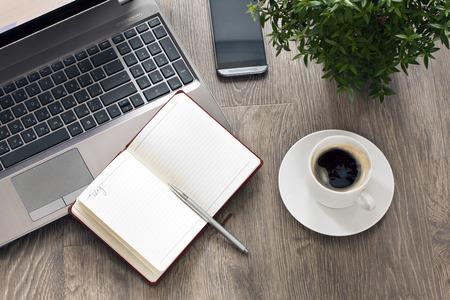 planta de cafe: lugar de trabajo móvil con el café y la planta Foto de archivo
