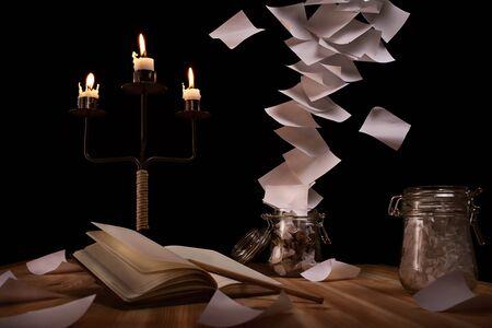 cartas antiguas: escritorio con un tornado inusual de notas