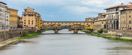 The Ponte Vecchio over the Arno River in Florence, Italy 免版税图像