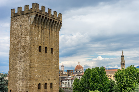 The City gate of San Niccolo and the Duomo in Florence, Italy Imagens