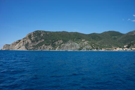 Europa, Italien, Cinque Terre, Monterosso, Monterosso al Mare, SZENISCHER BLICK AUF DAS MEER GEGEN KLAREN BLAUEN HIMMEL Standard-Bild