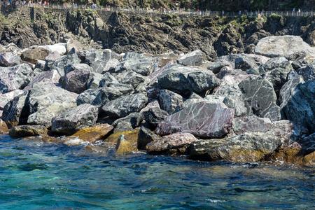 Europa, Italia, Cinque Terre, Riomaggiore, agua junto a la roca Foto de archivo