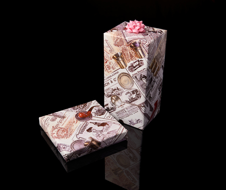 Christmas presents wrapped in gift paper with bow on black background 版權商用圖片