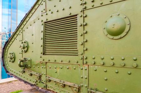 tanque de guerra: Detalles de tanques militares. Tanque de guerra vieja con tornillos