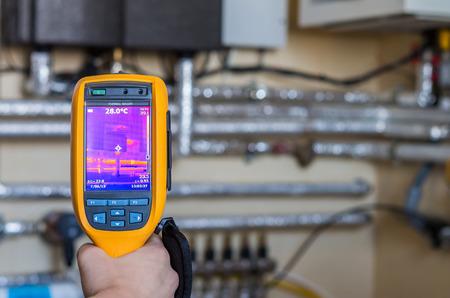 Infrarood detectie van warmte bij buizen in het huis kamer
