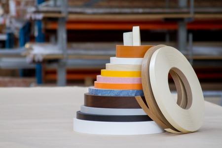 가구 제조용 PVC 가장자리와 멜라닌 색의 여러 가지 보빈. 거짓말 피라미드.