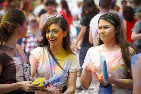 KHARKIV, Ucrania - 19 de mayo de 2018: gente feliz celebra el festival de color Holi. Festival indio de color en el parque de Kharkiv, Ucrania, 19 de mayo de 2018
