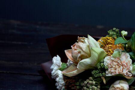 Detailnahaufnahmeblumenstrauß in Pastellfarben im Vintage-Stil auf dunklem Hintergrund, selektiver Fokus