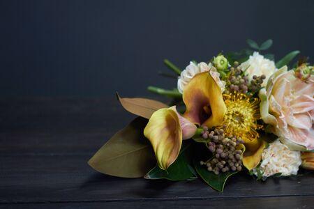 Bouquet nudo in stile vintage su sfondo scuro, messa a fuoco selettiva