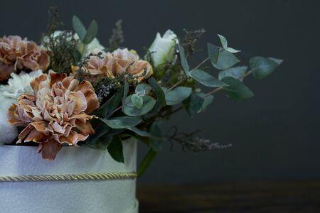 Box with a vintage bouquet on a dark background, selective focus Standard-Bild - 134674465