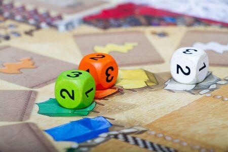 Gros plan sur un jeu de société multicolore avec des jetons et des dés, le concept d'un loisir familial intéressant, mise au point sélective Banque d'images