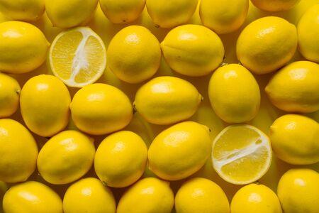 Draufsicht viele reife Zitronen auf gelber Oberfläche, Hintergrund oder Konzept