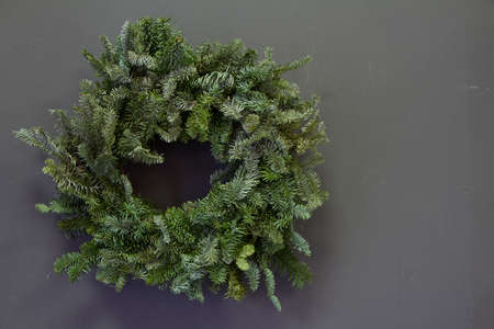 Stylish minimalistic christmas fir branches wreath on gray background, copy space, greeting card Archivio Fotografico