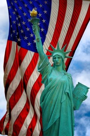 Une vue de la statue de la libert� et du drapeau am�ricain