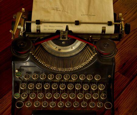 maquina de escribir: Un mensaje inspirado y escribe en máquina de escribir antigua Foto de archivo