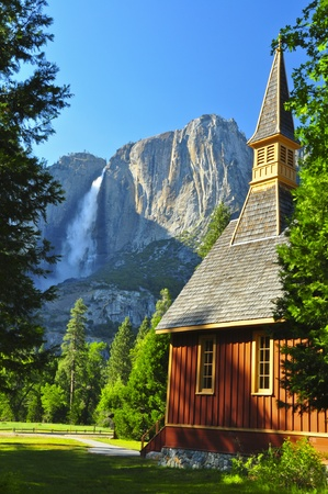Superior Yosemite Falls y capilla de Yosemite. Parque Nacional de Yosemite Foto de archivo