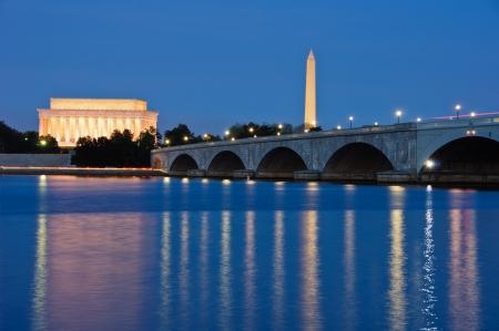 george washington: El Lincoln Memorial, Arlington Memorial Bridge y Monumento a Washington se refleja en el río Potomac al atardecer Washington, DC