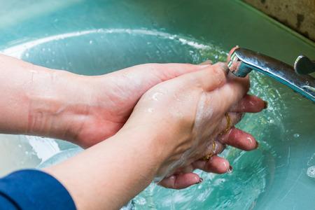 handwash: lavabos para lavarse las manos de la mujer