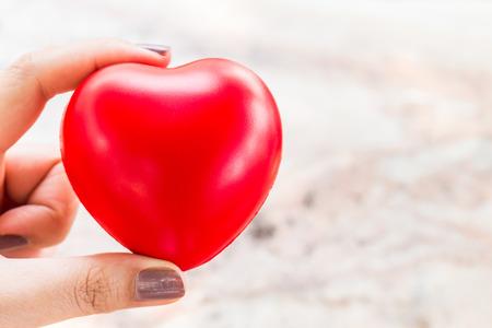 donacion de organos: cerca de la mujer feliz mantener pequeño corazón rojo para el fondo