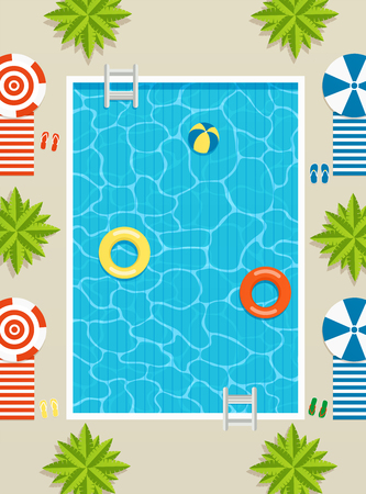 Bovenaanzicht van zwembad met ligstoelen en parasols, palmbomen en opblaasbare cirkels in het water.