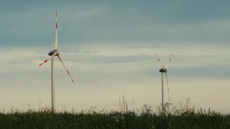 曇り、フィールドでの風力タービン。クリーンで再生可能エネルギー、風力発電、風車、風車、エネルギー生産