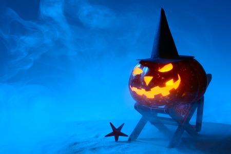 夜間でのビーチでのサンベッドでかぼちゃ輝く 写真素材