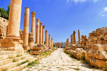 colonnaded: Scenic View Ancient Greco-Roman Corinthian Columns on Colonnaded Cardo to The North Tetrapylon in The Historic Roman City of Gerasa in Jerash, Jordan Stock Photo