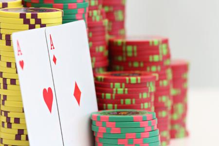 Jouer aux cartes et aux jetons de poker Banque d'images - 88026997