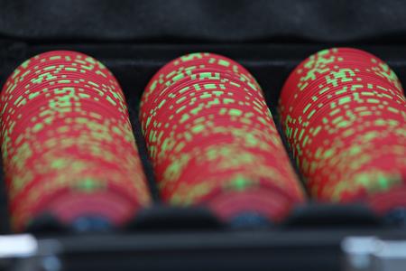 Jouer aux cartes et aux jetons de poker Banque d'images - 87926627