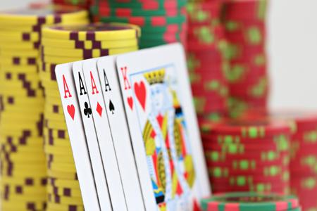 Jouer aux cartes et aux jetons de poker Banque d'images - 87926402