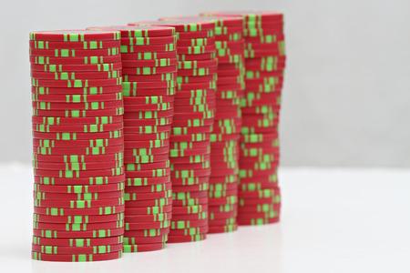 Jouer aux cartes et aux jetons de poker Banque d'images - 87926367