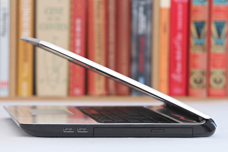 Gros plan sur un ordinateur portable fond blanc avec une bibliothèque Banque d'images - 51244588