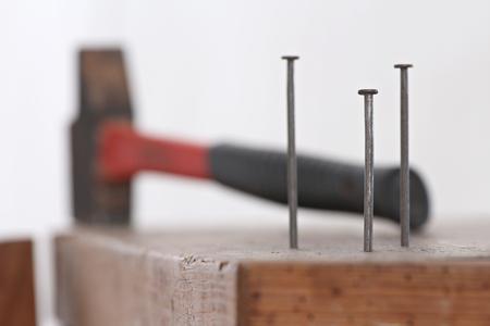 Fermer des clous plantés dans un coffret en bois avec un marteau pour bricoler Banque d'images - 51244595