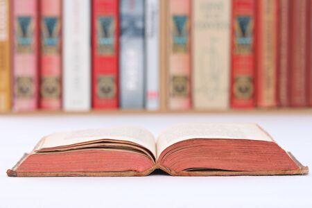 Close-up d'un livre avec une bibliothèque en arrière-plan Banque d'images - 51244600