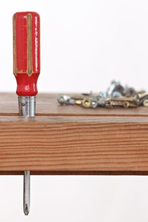 Gros plan d'un tournevis et de vis stockés dans une armoire en bois Banque d'images - 51244630