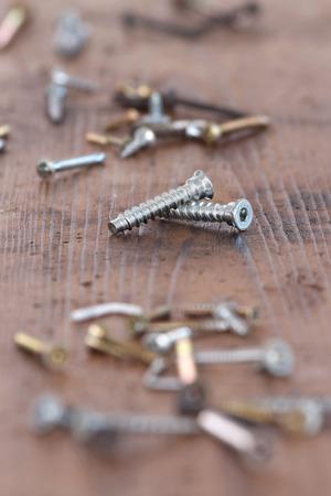 Gros plan des vis et des clous pour se reposer bricolage sur une surface en bois Banque d'images - 51244633