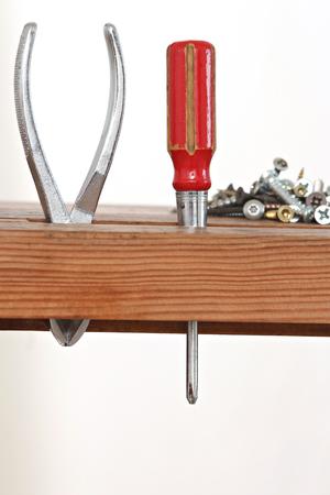 Gros plan d'un tournevis et de vis stockés dans une armoire en bois Banque d'images - 51244635