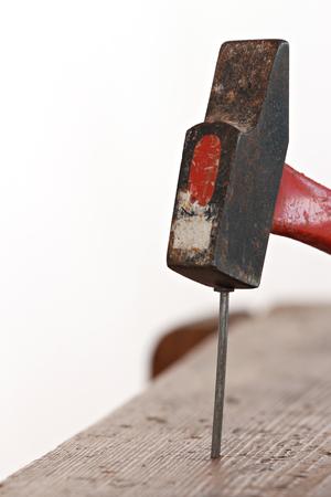 Fermer des clous plantés dans un coffret en bois avec un marteau pour bricoler Banque d'images - 51244639