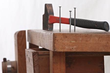 Fermer des clous plantés dans un coffret en bois avec un marteau pour bricoler Banque d'images - 51244644