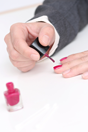 woman putting her nail polish Banque d'images - 87934155