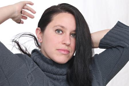 Femme heureuse porter des vêtements d'hiver et posant devant un fond blanc Banque d'images - 52520034